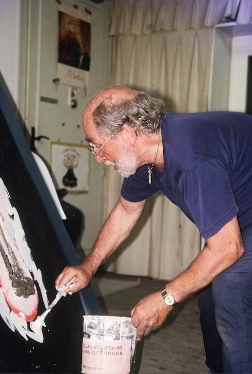 André Bucher très inspiré peignant dans son atelier à Choulex, 1985