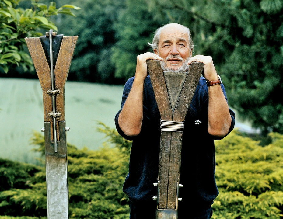 André Bucher dans son jardin à Choulex et deux sculptures lave, bronze et inox, L'Offrande, 1982