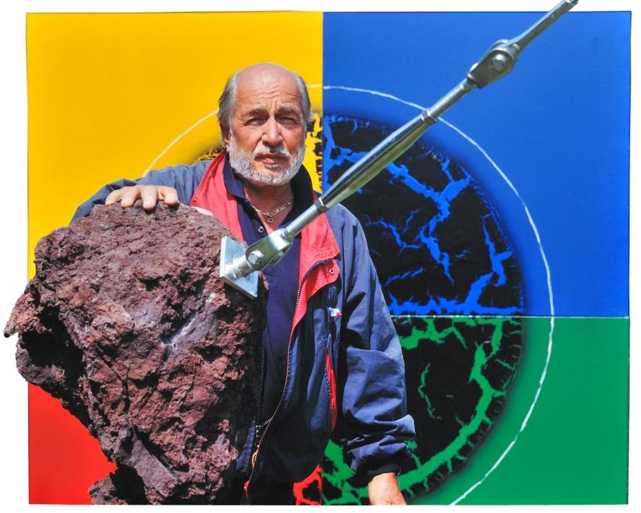 André Bucher avec une sculpture lave et dans le fond le tableau avec la technique craquelée, à Choulex, 1992