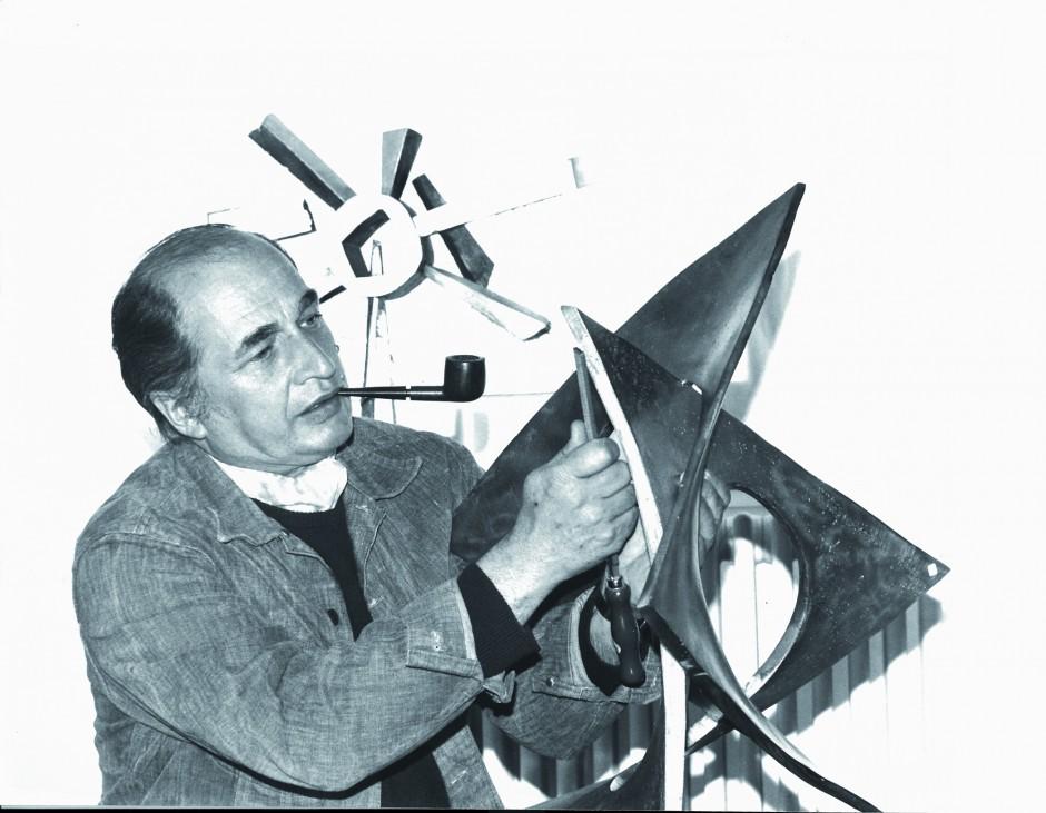 André Bucher, sculptant, 1972