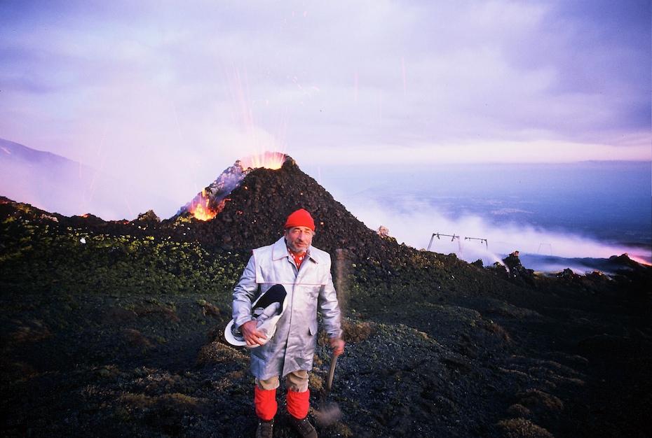 André Bucher sur l'Etna en travaillant directement la lave fluide sortant à plus de 1000° degrés du cratère pour ses sculptures ,1976